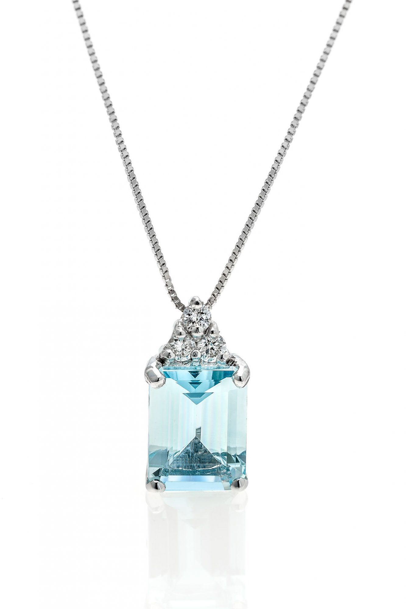 18 KT white gold necklace with natural aquamarine  and natural round brilliant cut diamonds