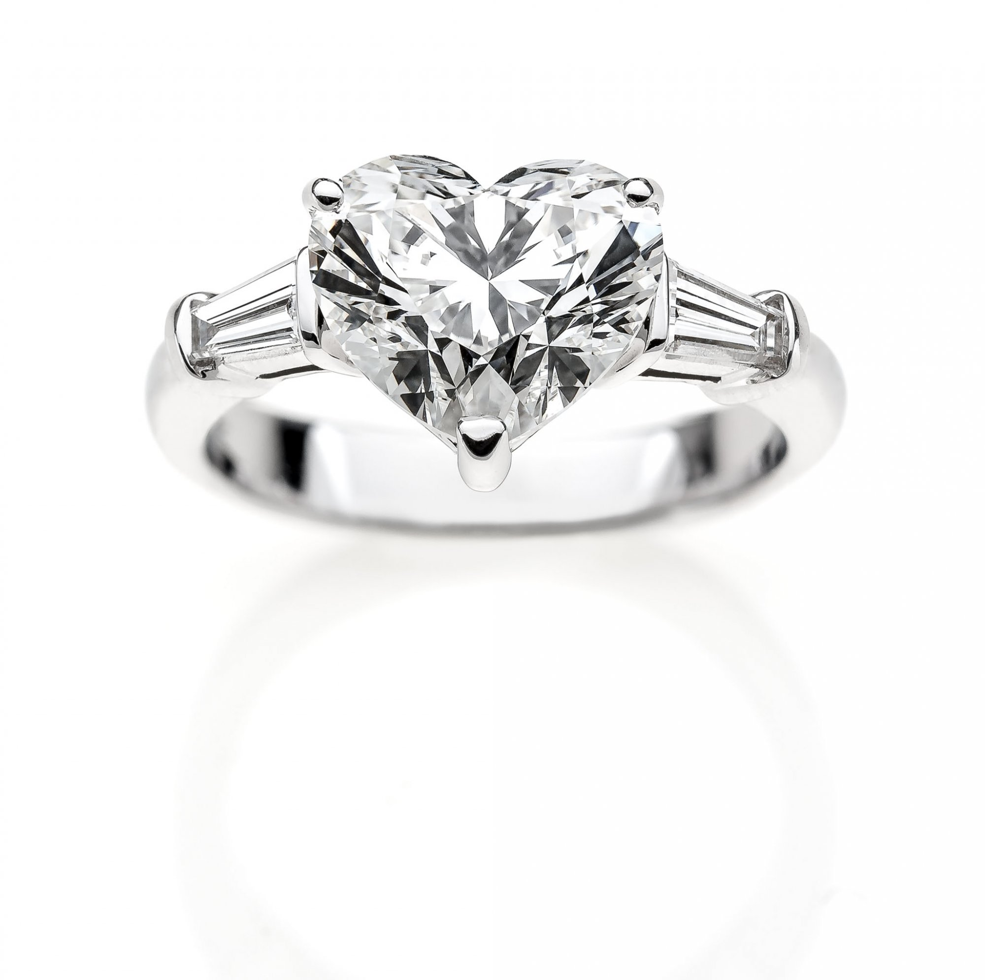 White Gold 18 KT Ring with Diamond Brilliant Heart ct.3.50 VS1 G color and Taepers ct.0.60 VS1 G color